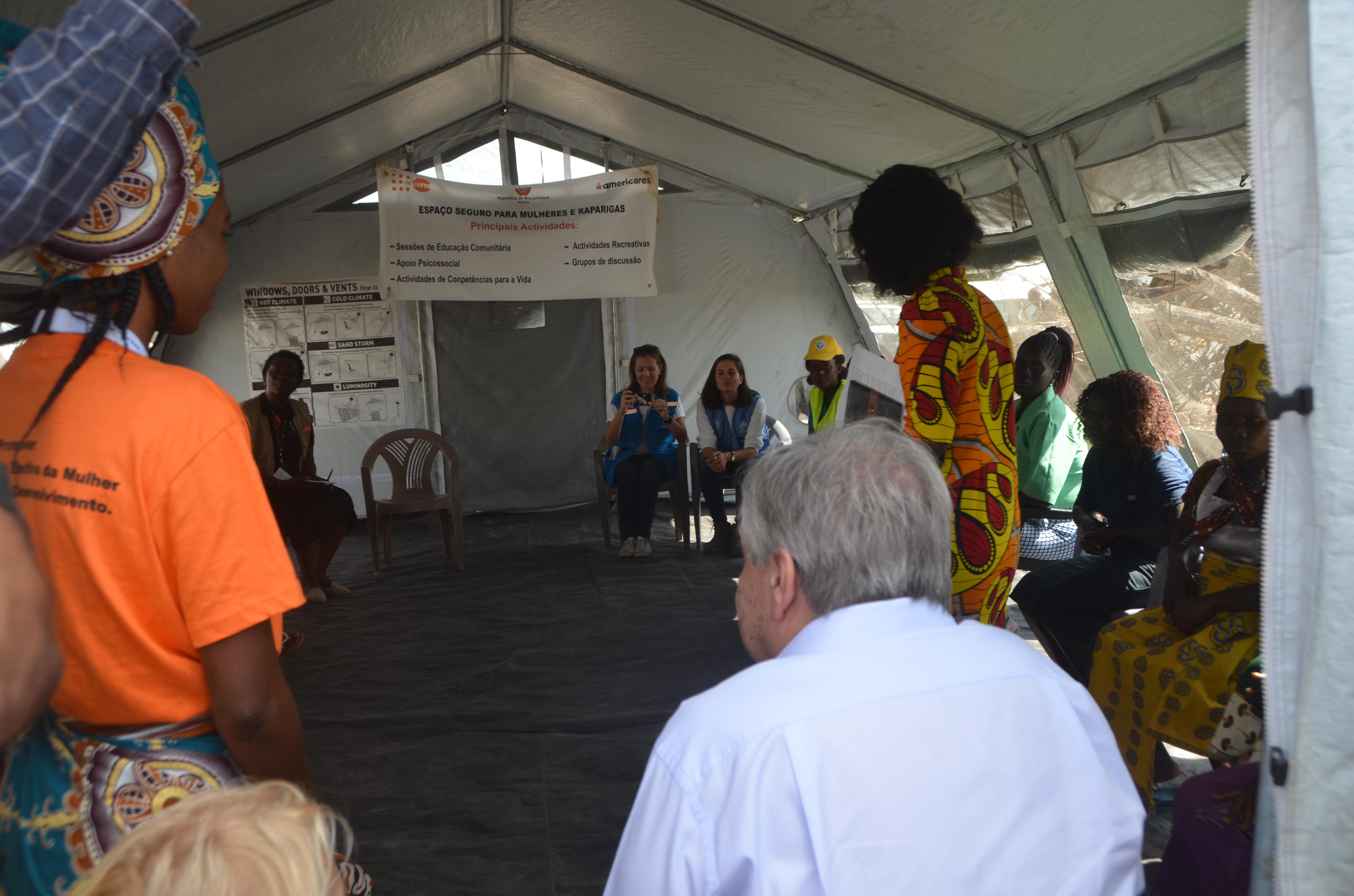 Celina (ao lado de Guterres) e Natalia Rosa (DPGCAS) durante encontro em Mandruzi - Foto de Alex Muianga - UNFPA Moçambique