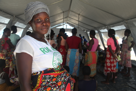 Tenda de reunião com mulheres em Pikok 1, Beira – Foto Natalia da Luz/UNFPA Moçmbique