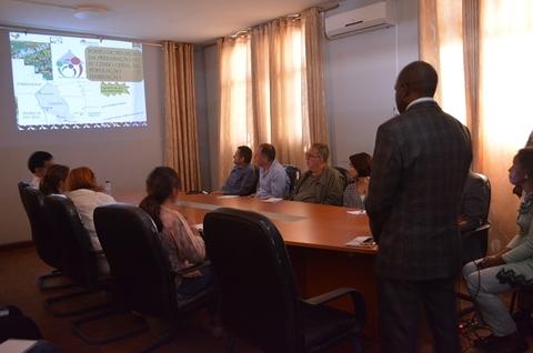 A equipe do INE em Gaza compartilha uma apresentação com os parceiros do Censo 2017. ©UNFPA Moçambique