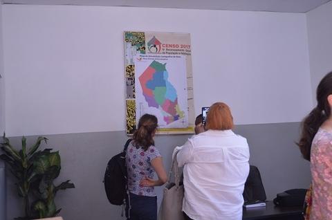 Os parceiros do Censo 2017 perguntam sobre mapas nos escritórios do INE em Gaza. ©UNFPA Moçambique
