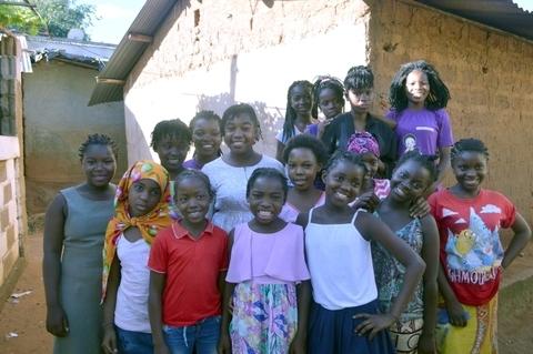 Mentora Edma Bartolomeu Joao garotas adolescentes no espaço seguro Rapariga Biz em Namutequeliua. UNFPA Moçambique Helene Christensen
