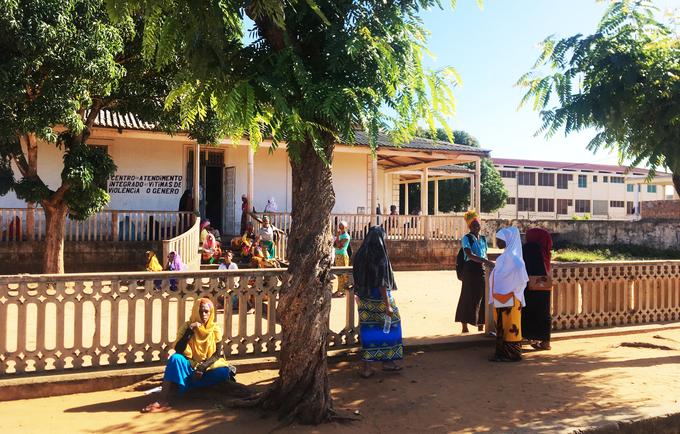 Mulheres reunidas em frente ao Centro de Serviços Integrados para Vítimas de Violência na província de Nampula © Santiago Goicoechea / UNFPA Moçambique