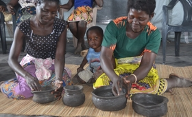 Mozambican women learn activities in the 'Women-Friendly Space' -© UNFPA Moçambique / Alex Muianga