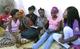 Mentora Edma discutindo a prevenção da gravidez precoce com raparigas no espaço seguro, Namutequeliua, Nampula, Moçambique. UNFPA Helene Christensen